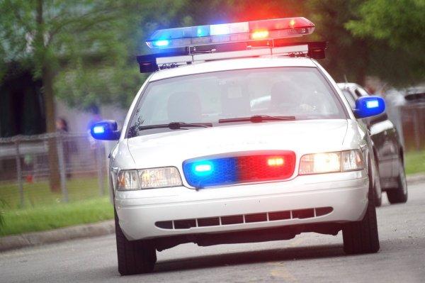 В Москве патрульная машина попала в ДТП, когда задержанный засунул ногу в руль