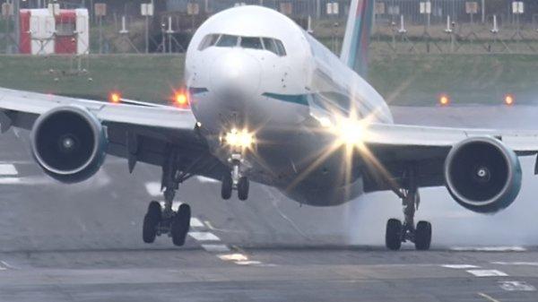 В Праге во время посадки самолет чуть не разбился
