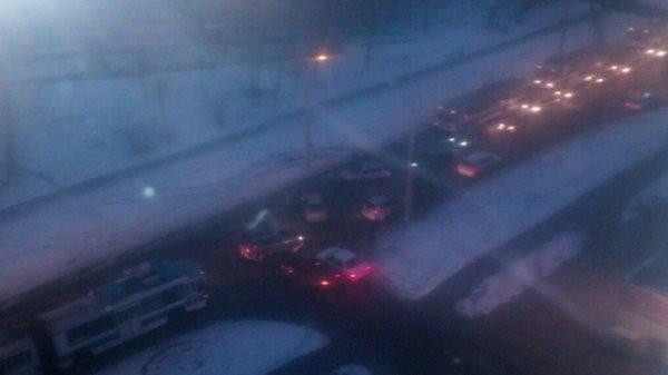 Район Кардиоцентра Барнаула встал в пробке из-за ДТП