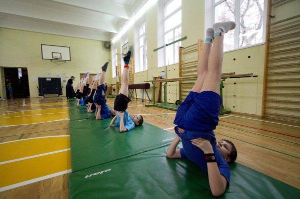 Ученица третьего класса на уроке физкультуры в Чите повредила позвоночник