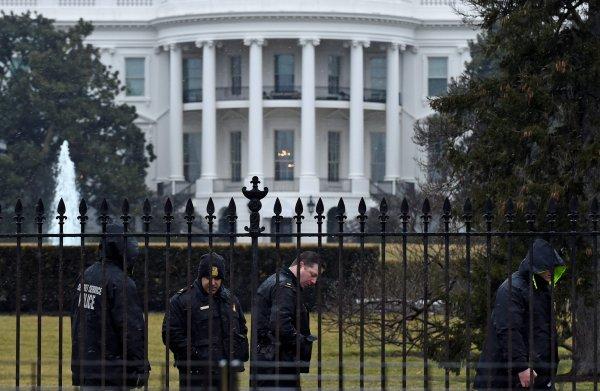 СМИ: территория Белого дома оцеплена из-за «подозрительной активности»