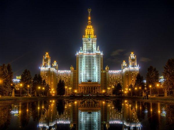 В Москве из окна здания МГУ выпал мужчина