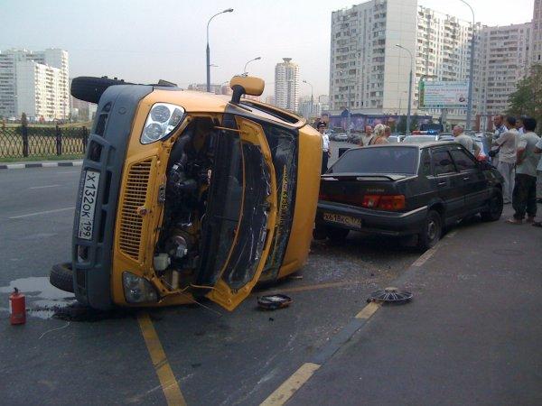 Маршрутка с пассажирами в Ростове врезалась в иномарку