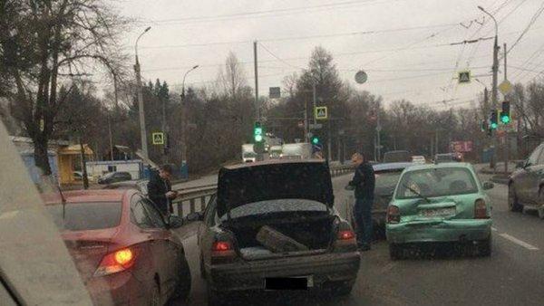 Движение в Брянске сковали пробки из-за ДТП на улице Калинина