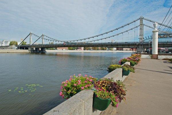 Девушка упала в Москву-реку с Крымского моста