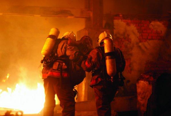 Семь человек получили травмы при пожаре в квартире в Анадыре