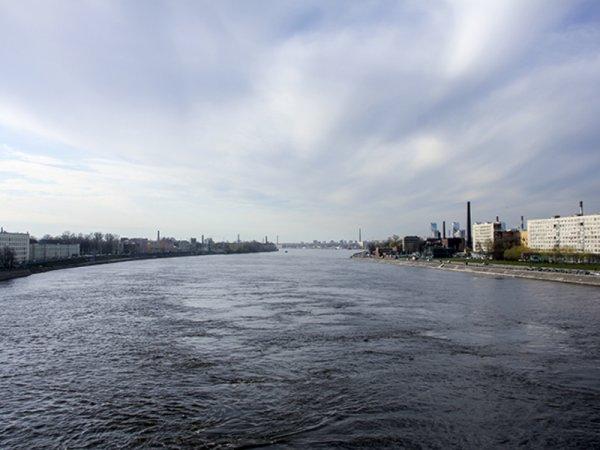 В Санкт-Петербурге из Невы на Октябрьской набережной выловили труп женщины