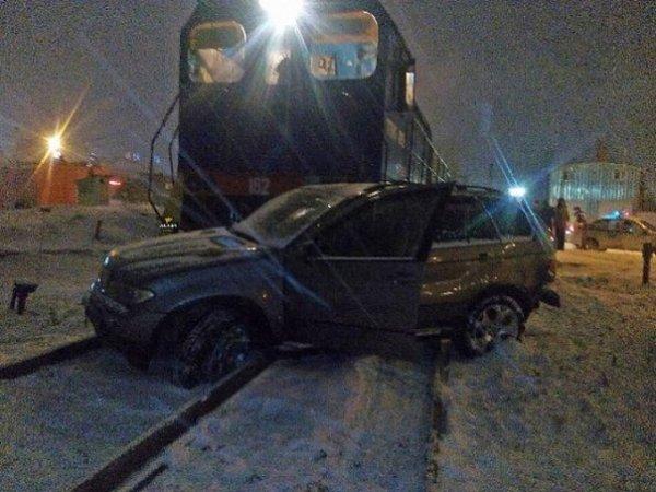 В Новосибирске поезд протаранил BMW X5 на переезде