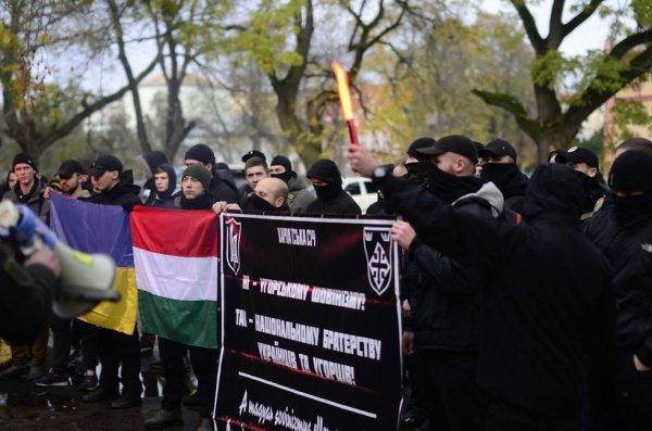 Украинские националисты пытались публично сжечь флаг Венгрии