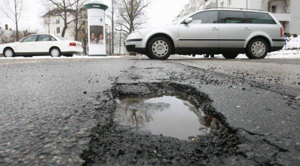 В Ростове-на-Дону образовался огромный провал на проезжей части на Шолохова