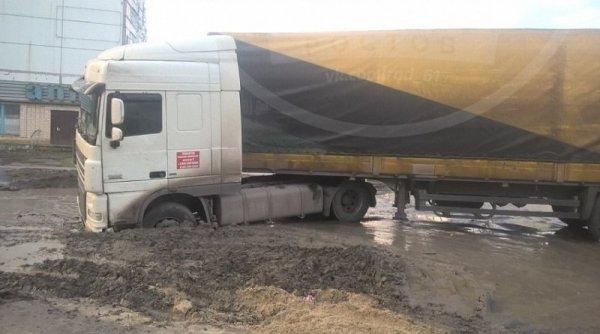 В Ростовской области фура застряла в грязевом плену