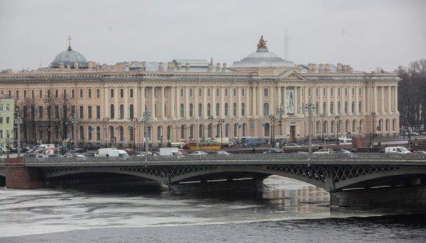 В Петербурге эвакуируют школы, ТЦ и Академию художеств