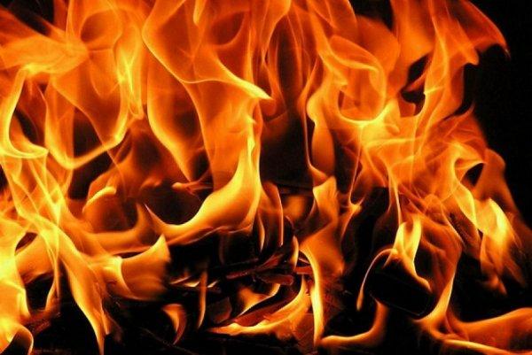 В Москве ликвидируют пожар на складе декораций