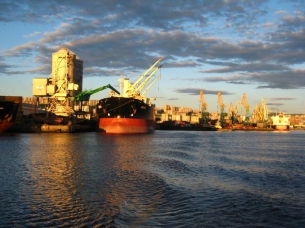 В порту Мурманска пылает рыболовецкий траулер