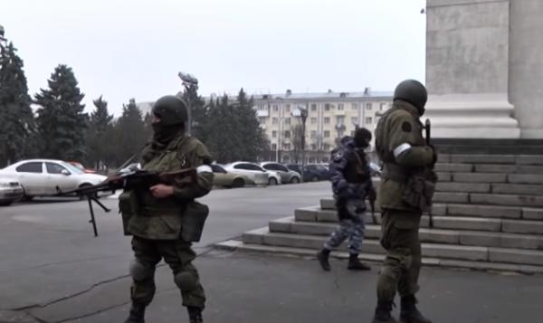 Центр Луганска был захвачен неизвестными вооруженными людьми
