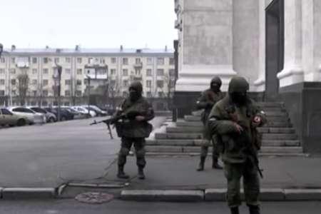 Центр Луганска перекрыли неизвестные вооруженные люди. ВИДЕО