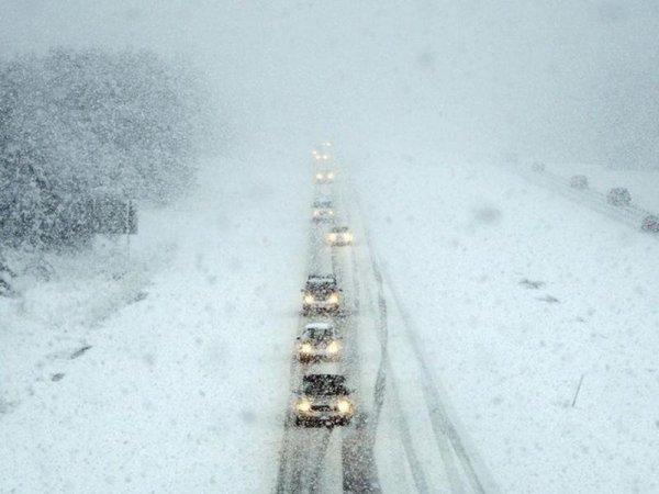 Из-за сильного снегопада в Красноярске перекрыли два участка трассы