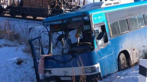 В ЕАО поезд столкнулся с автобусом