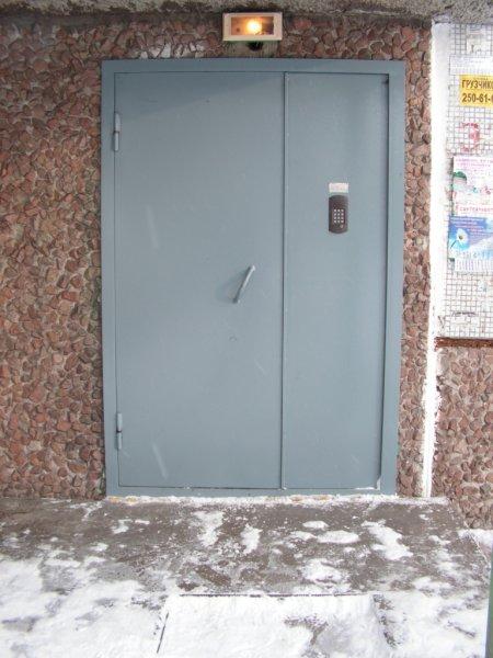 В Балашихе пьяный мужчина не заметил кнопку домофона и три часа выламывал дверь подъезда многоэтажки
