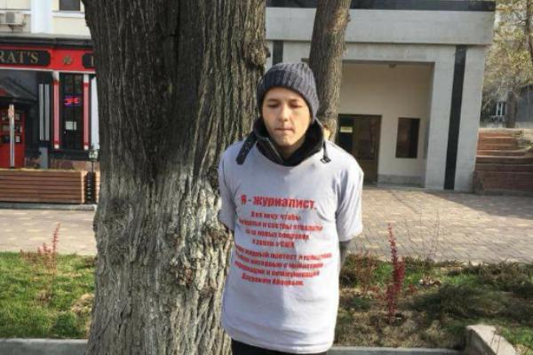 В знак несогласия с поправками в законе о СМИ журналист приковал себя наручниками в центре  Алма-Аты
