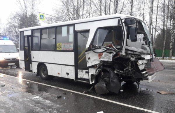 В Ленобласти случилось ДТП с участием внедорожника и маршрутки