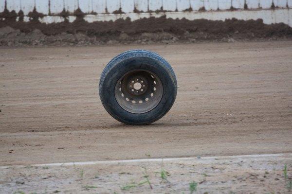 Огромная фура лишилась колес на трассе в Волгограде