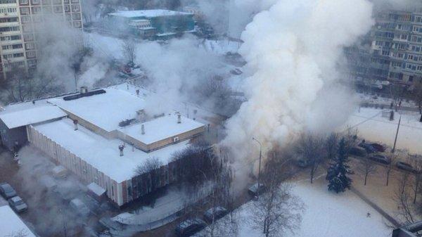 В Москве восемь человек пострадали в результате прорыва труб теплотрассы