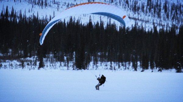 На озере под Самарой погиб пилот параплана