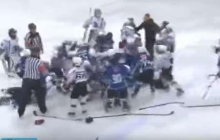 «Месилово!»: Школьники Тюмени и Югры устроили массовую драку на хоккейном матче. ВИДЕО