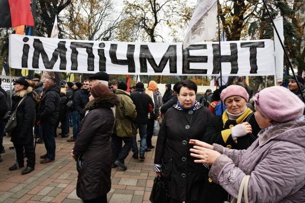 В Киеве активисты никого не пускают в офис телеканала NewsOne