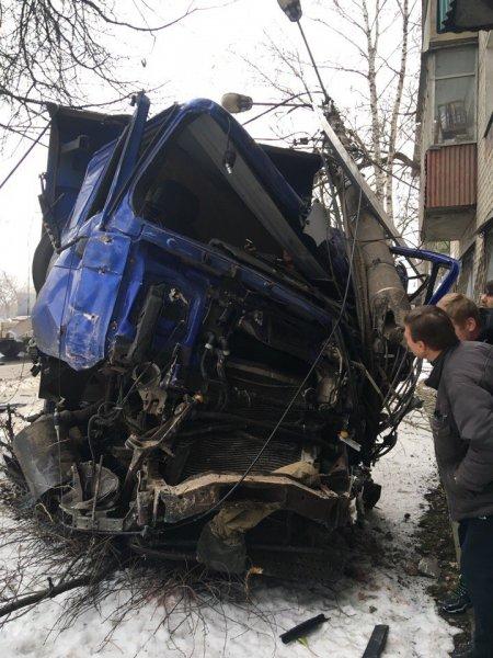 Водитель самосвала в Нижнем Новгороде протаранил семь машин и стену дома
