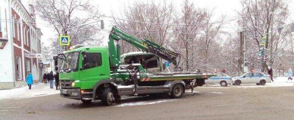 В Вологде эвакуатор столкнулся с автобусом, пострадал один человек