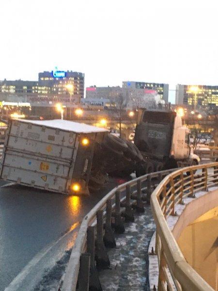 На Пулковском шоссе в Петербурге перекрыто движение из-за перевернутой фуры