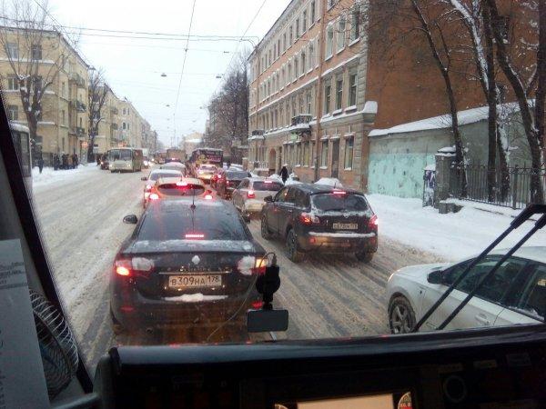 Петербург заполнили бесконечные пробки из-за снегопада