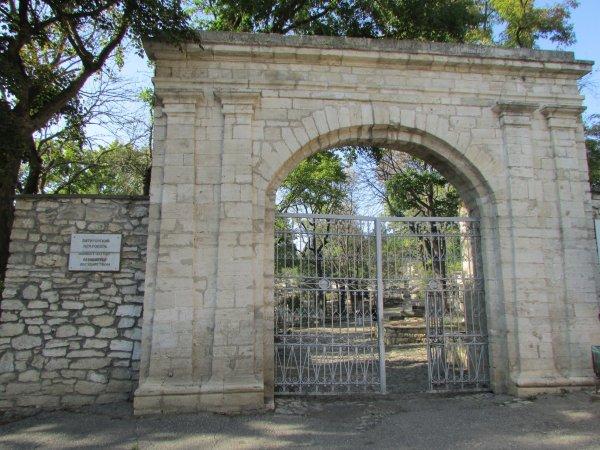 В Смоленской области голый мужчина разгуливал по кладбищу