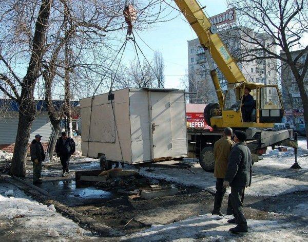 В Липецке при демонтаже киоск упал на его владельца