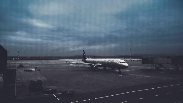 В Пекине пассажирский самолет выкатился за пределы посадочной полосы