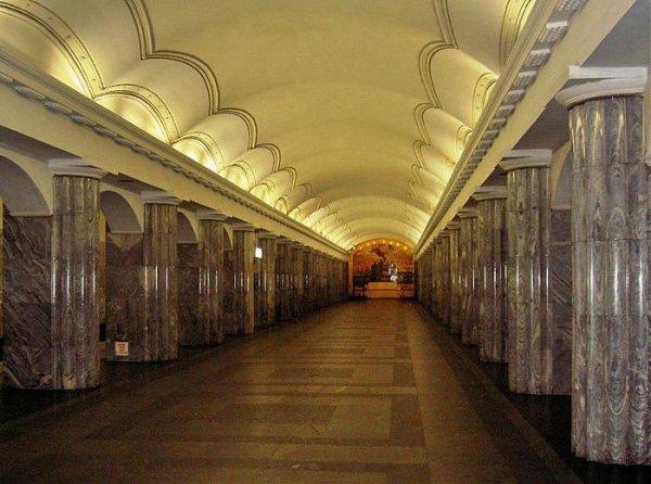 В метро Санкт-Петербурга группа парней напала на пассажиров поезда