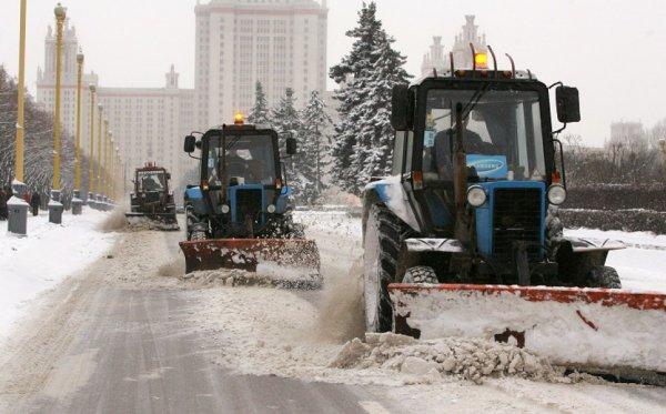 Во Владивостоке из-за сильного снегопада грузовикам перекрыли трассу