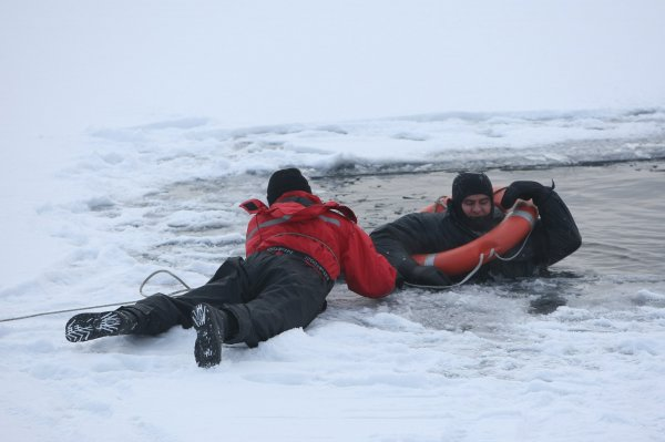 В Коптево спасатели вытащили рыбака из-подо льда