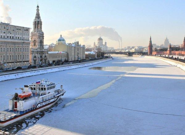 В Москве спасатели достали из реки мать с двумя детьми