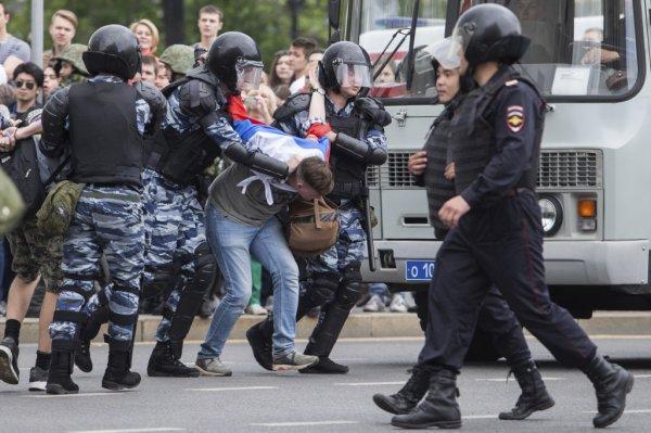 Голый танцующий мужчина задержан у здания Налоговой инспекции