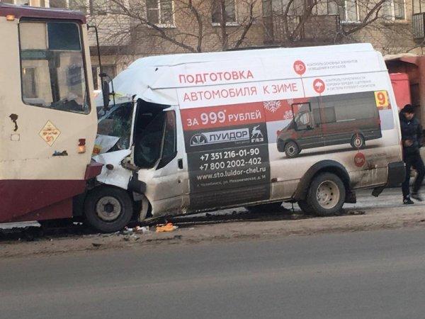 В центре Челябинска произошло лобовое столкновение трамвая и маршрутки