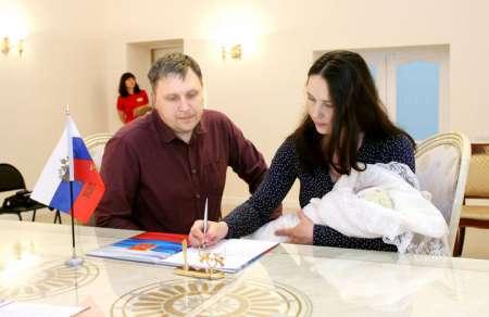 Ежемесячные выплаты при рождении первого ребенка: Госдума РФ приняла в первом чтении президентский законопроект