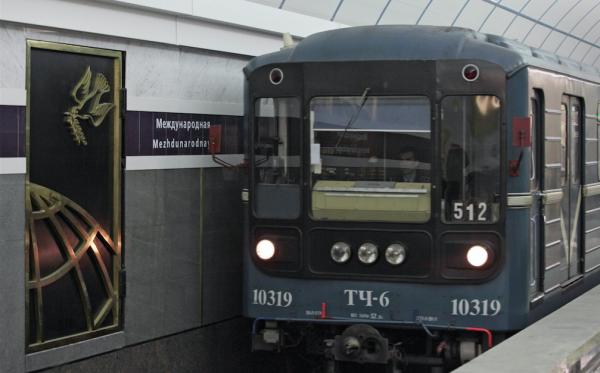 Пьяный сотрудник метро пугал пистолетом пассажиров подземки в Санкт-Петербурге