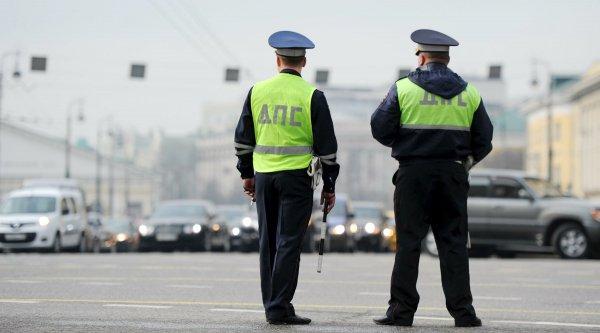Легковой автомобиль протаранил опору пешеходного моста в Москве