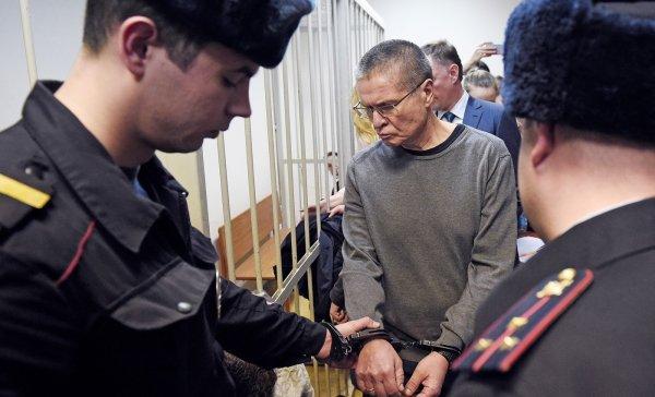 Полиция проверяет сообщение о подравшихся журналистах на суде по делу Улюкаева