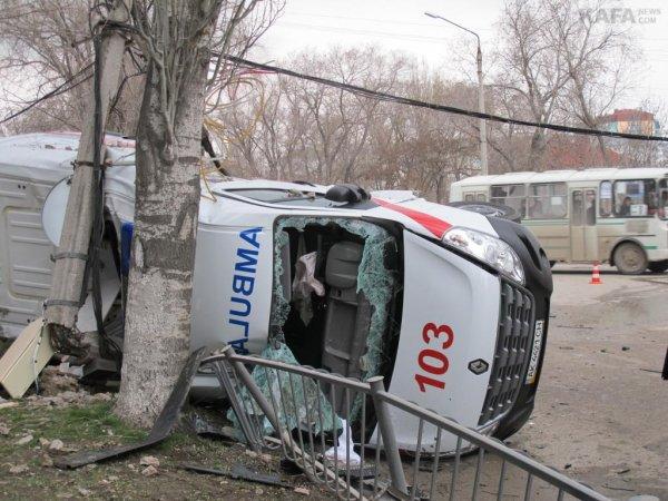 В Хакасии скорая врезалась в здание суда после ДТП с автомобилем