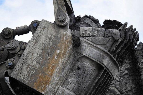 В Кемеровской области под землей остались три шахтера из-за обрушения породы