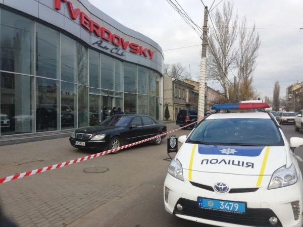 В Одессе грабитель захватил автосалон и взял в заложники персонал